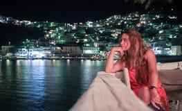 Jeden kobieta gapi się w kierunku morza w Greckiej wyspie, zdjęcie stock