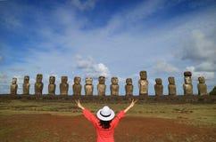 Jeden kobieta podnosi ona szczęśliwie ręki przed Moai statuami Ahu Tongariki na Wielkanocnej wyspie, Chile, Ameryka Południowa Obraz Stock