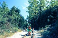 Jeden kobiety obsiadanie na liniach kolejowych i obracający przeciw kamerze obraz stock