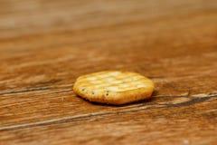 Jeden kurenda kształtny krakers na drewnianym stole obrazy stock