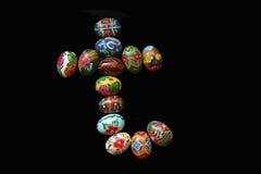 Jeden listy słowa ` Wielkanocny ` Listy zrobią Wielkanocni jajka, różni kolory i z różnymi wzorami, na bl Obraz Stock