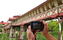 Jeden mężczyzna Bierze obrazek Piękny budynek w Sanam Chan, Tajlandia fotografia stock
