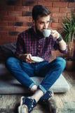 Jeden męski gościa obsiadanie w kawa domu Obrazy Stock