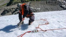 Jeden męski halny przewdonik instaluje pulley system dla crevasse ratuneku na lodowu zdjęcie stock