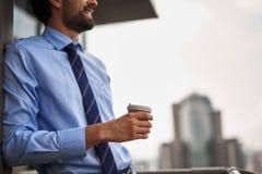 Jeden męski pracownik pije kawę na biurowym balkonie zdjęcie stock