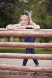 Jeden młoda piękna kobieta, 25 lat, smutny portret, opiera na drewnianym ogrodzeniu, plenerowym w parku zdjęcia royalty free