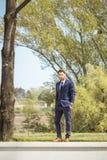 Jeden młody człowiek, formalni ubrania nadaje się krawat, pozować, patrzeje camer zdjęcia stock