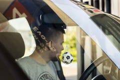 Jeden młody człowiek w przypadkowych ubraniach bawić się foosball w jawnym parku stołowych gier pojęcie fotografia royalty free