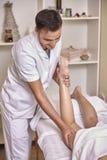 Jeden młody physiotherapist mężczyzny portreta pracownik, masaż kobieta iść na piechotę zdjęcie stock
