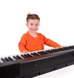 Jeden mała mała dziewczynka bawić się pianino. Zdjęcia Royalty Free
