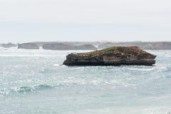 Jeden malutka wyspy pozycja z morza Zdjęcia Stock