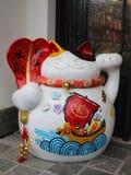 Jeden maneki-neko lub szczęsliwy japoński kot () Zdjęcie Stock
