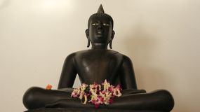 Jeden metal Buddha Z FlowersGarland zdjęcie royalty free