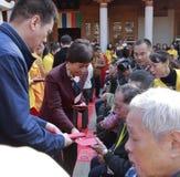 Jeden miasto lidery huangling daje pociecha pieniądze potrzebujący ludzie Zdjęcia Stock