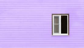 Jeden nieociosany okno na ultrafioletowej ścianie wzór Zdjęcia Royalty Free