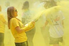 Jeden oficjalna kobieta obsikuje żółtego koloru proszek na r Zdjęcia Royalty Free
