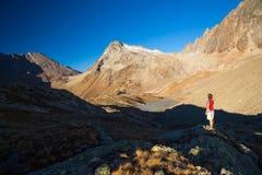 Jeden osoba patrzeje widok wysokiego up na Alps Expasive krajobraz, idylliczny widok przy zmierzchem odosobniony tylni widok biel obraz royalty free