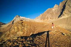 Jeden osoba patrzeje widok wysokiego up na Alps Expasive krajobraz, idylliczny widok przy zmierzchem odosobniony tylni widok biel zdjęcie stock