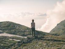 Jeden osoba patrzeje widok wysokiego up na Alps Expasive krajobraz, idylliczny widok przy zmierzchem Tylni widok, stonowany wizer zdjęcie royalty free
