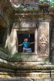 Jeden osoba w Angkor Wat ruinach, podr??y miejsce przeznaczenia Kambod?a Kobieta w joga pozycji, rozci?ga nog? i podnosz?c? r?k?, obrazy royalty free