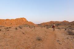 Jeden osoba wycieczkuje w Namib pustyni, Namib Naukluft park narodowy, Namibia Przygoda i eksploracja w Afryka Jasny niebieskie n obraz stock