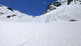 Jeden osoby narciarstwo z na piste śnieżnym skłonie, słoneczny dzień, sport przygoda w włoskich Alps, wiosny lawina zdjęcie wideo