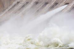Jeden otwarta brama i niezwykle niespokojna woda Fotografia Royalty Free
