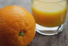 Jeden pępek pomarańcze owoc z szkłem świeży sok pomarańczowy zdjęcia royalty free