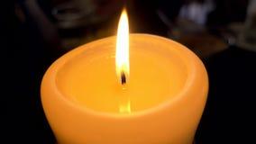 Jeden płonąca świeczka zamknięta w górę zbiory wideo