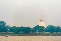 Jeden pagoda na bankach Irrawaddy rzeka, Mandalay, Myanmar, Birma Odbitkowa przestrzeń dla teksta fotografia royalty free