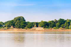 Jeden pagoda na bankach Irrawaddy rzeka, Mandalay, Myanmar, Birma Odbitkowa przestrzeń dla teksta zdjęcie stock