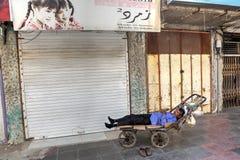 Jeden perski męski ładowacz śpi w ręka tramwaju Obraz Royalty Free