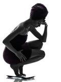 Piękna azjatykcia młoda kobieta martwił się na ciężar skala sylwetce Zdjęcia Stock