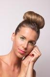 Jeden pięknej dziewczyny głowy twarzy skóry długie włosy zdrowe ręki Zdjęcie Stock