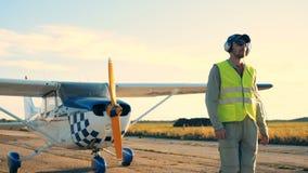 Jeden pilot chodzi na płaskim tle, zakończenie w górę zbiory