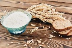 Jeden plik, udział rozrzucona adra, trzy plasterka i i chleb i mąka w szklanym pucharze na starym drewnianym pl zdjęcie stock