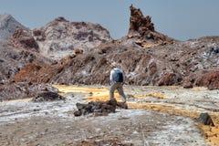 Jeden podróżnika odprowadzenie wzdłuż łóżka Żółta rzeka, Iran obrazy stock