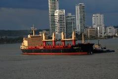 Jeden pracujący tugboats rusza się rozładowywającego zbiornika statek Obrazy Stock