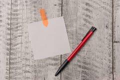 Jeden prosty nutowy papier plus pióro sticked drewniany stół Pusty prześcieradło i stacjonarny dołączający z tarcicą textured biu zdjęcia stock