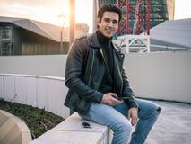 Jeden przystojny młody człowiek w nowożytnym miasta położeniu fotografia stock