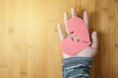 Jeden ręka trzyma papierowego złamane serce mężczyzna Obraz Stock