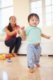 Jeden roczniak chłopiec Bierze pierwszych kroki Z matką obraz royalty free