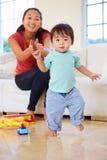 Jeden roczniak chłopiec Bierze pierwszych kroki Z matką Fotografia Royalty Free