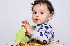 Jeden roczniaka dzieciak je plasterek urodzinowy roztrzaskanie tort on dostaje brudny Zdjęcie Royalty Free