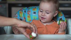 Jeden roczniaka dziecko siedzi w sztukach z Easter jajkiem i kuchni - zwolnione tempo zdjęcie wideo