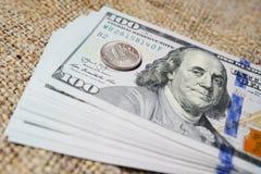 Jeden Rosyjski rubel przeciw tłu dolary 3 d wymiany ilustracji stawki topione Zdjęcie Royalty Free
