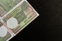 Jeden rupii notatki na czarnym tle obraz royalty free