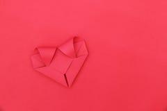 jeden składa czerwieni papierowy serce na czerwieni dla wzoru i tła Fotografia Stock