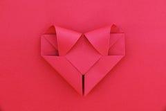 jeden składa czerwieni papierowy serce na czerwieni dla wzoru i tła Obrazy Royalty Free