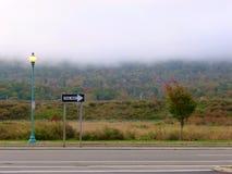 Jeden sposobu znak na pustej drodze Zdjęcia Stock